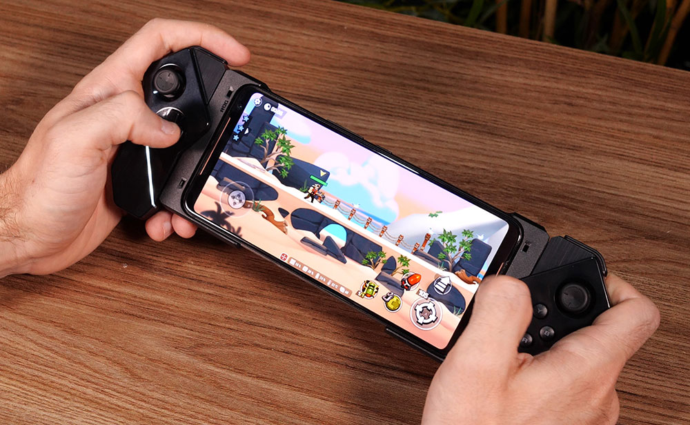 Kunai Gamepad acoplado às laterais do ROG Phone 2