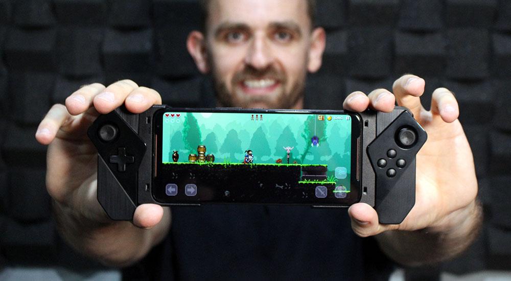 ROG Kunai Gamepad acoplado ao ROG Phone 2