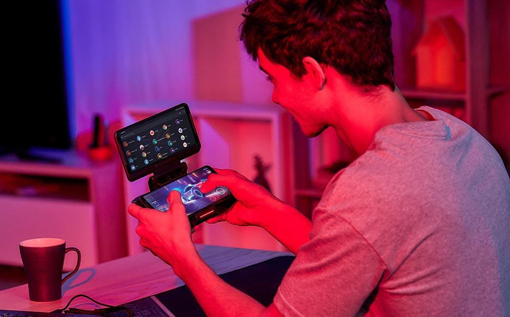 Garoto jogando no ROG Phone 3 com acessório Twinview Dock 2.
