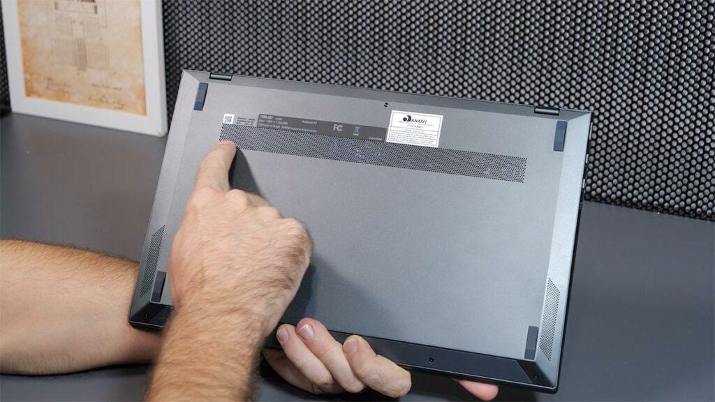 Parte inferior do Zenbook 14 UX425, mostrando a saída de ar e os alto-falantes.