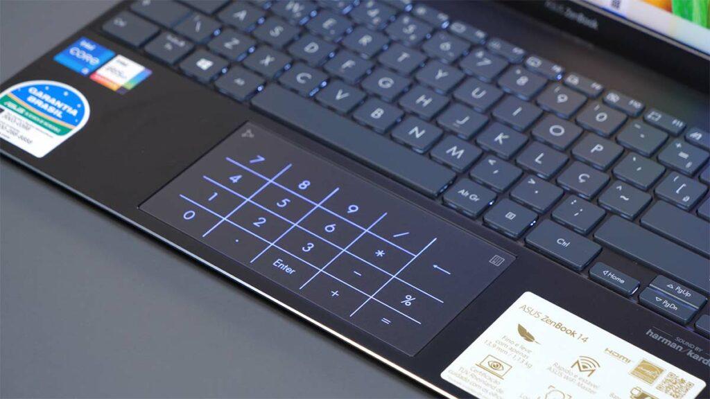 hands-on zenbook 14 ux425: detalhe do teclado retroiluminado e numberpad.
